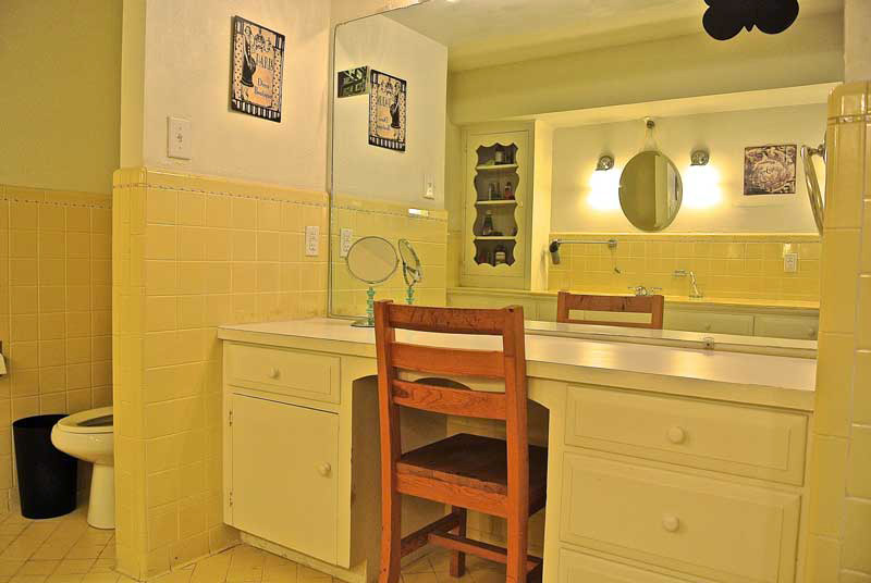 Windhaven House bathroom - extended care services for women in dallas - dallas sober living